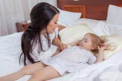 Мать и дочь в кровати Стоковое Изображение