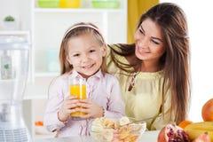 Мать и дочь в кухне Стоковые Изображения