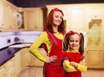Мать и дочь в кухне стоковые изображения rf
