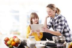 Мать и дочь в кухне Стоковые Фотографии RF