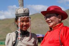 Мать и дочь в монгольских традиционных платьях Стоковая Фотография