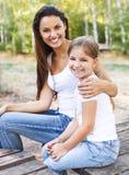 Мать и дочь в парке лета Стоковые Изображения