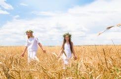 Мать и дочь в поле стоковые изображения