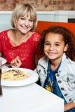 Мать и дочь в ресторане стоковое изображение rf