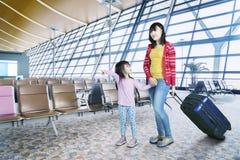 Мать и дочь в терминальном авиапорте Стоковые Изображения
