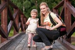 Мать и дочь, влюбленность и счастье, прогулка Стоковая Фотография RF