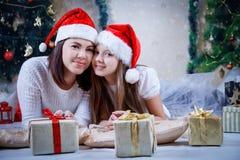 Мать и дочь в capsl рождества стоковая фотография