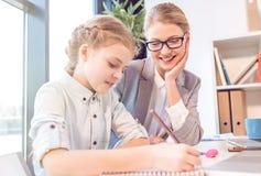 Мать и дочь говоря в офисе Стоковое Фото