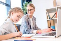 Мать и дочь говоря в офисе Стоковые Изображения
