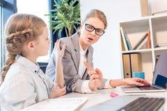 Мать и дочь говоря в офисе Стоковое Изображение RF