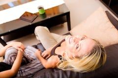 Мать и дочь говоря на софе Стоковое Изображение RF