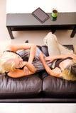 Мать и дочь говоря на софе Стоковые Фото
