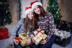 Мать и дочь держа подарки стоковое изображение