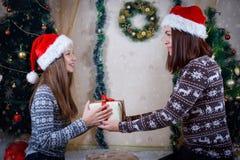 Мать и дочь держа подарок рождества Стоковые Изображения