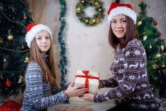 Мать и дочь держа подарок рождества Стоковые Изображения RF