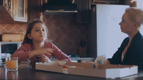 Мать и дочь есть пиццу в кухне сток-видео