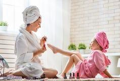 Мать и дочь делают pedicure Стоковые Фотографии RF