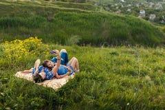 Мать и дочь делают selfy на половике Стоковое Изображение