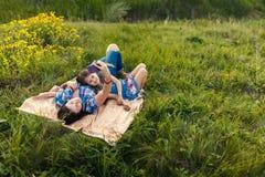 Мать и дочь делают selfy на половике Стоковая Фотография RF