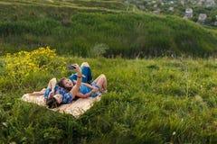 Мать и дочь делают selfy на половике Стоковые Изображения RF