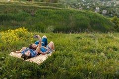 Мать и дочь делают selfy на половике Стоковое фото RF