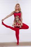 Мать и дочь делая йогу работают, фитнес, pai спорт спортзала Стоковое Изображение RF