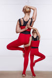 Мать и дочь делая йогу работают, фитнес, pai спорт спортзала Стоковая Фотография RF