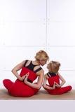 Мать и дочь делая йогу работают, фитнес, pai спорт спортзала Стоковое Фото