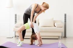 Мать и дочь делая йогу совместно Стоковые Фотографии RF