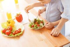 Мать и дочь делая салат Стоковые Фотографии RF