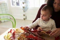 Мать и дочь делая украшение осени дома Стоковое Фото
