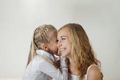 Мать и дочь деля секрет Стоковое Изображение RF