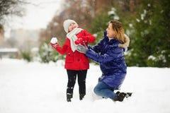 Мать и дочь жизнерадостно тратят время в зимнем дне Стоковые Фотографии RF