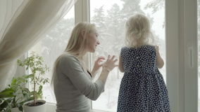 Мать и дочь играют совместно на windowsill сток-видео
