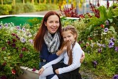 Мать и дочь играют дурачка в парке осени Стоковые Фотографии RF