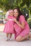 Мать и дочь играя в парке счастливом стоковое изображение rf