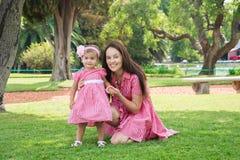 Мать и дочь играя в парке счастливом стоковые фото