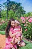Мать и дочь играя в парке счастливом стоковые изображения rf