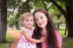 Мать и дочь играя в парке счастливом стоковое фото rf