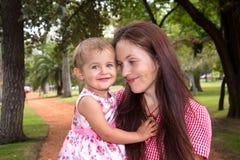 Мать и дочь играя в парке счастливом стоковые фотографии rf