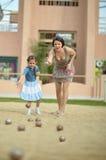 Мать и дочь играя игру Boules Стоковое фото RF