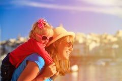 Мать и дочь играя на набережной Валлетты Стоковая Фотография