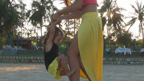 Мать и дочь играя на пляже сток-видео