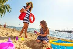 Мать и дочь играя на пляже Стоковое Изображение
