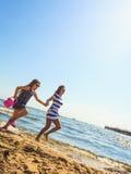 Мать и дочь играя на пляже Стоковые Фото