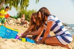 Мать и дочь играя на пляже Стоковое Фото