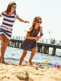 Мать и дочь играя на пляже Стоковое фото RF