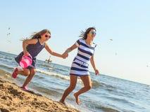 Мать и дочь играя на пляже Стоковая Фотография RF