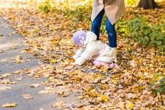Мать и дочь играя совместно в парке осени Стоковая Фотография