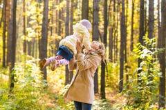 Мать и дочь играя совместно в парке осени Стоковое Изображение